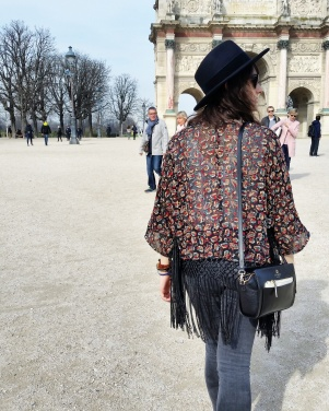 Call Me Katie - What I Wore In Paris - Zara Fedora Kate Spade Bag Levi Jeans Converse Topshop Kimon next to the Louvre